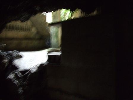 壕の中から見た入口