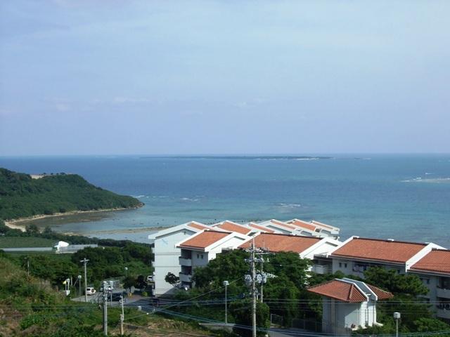 遠くに見える久高島
