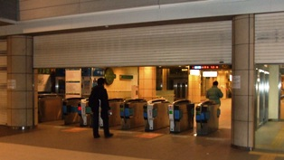 成城学園前駅のシャッターが開く