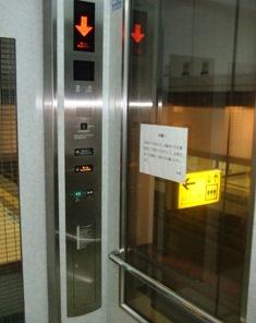 ホームへ降りるエレベーター