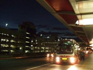 羽田に到着したシャトルバス