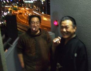 寒空に煙草を吸う夢丸師匠と内田氏