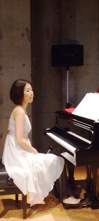 白い菅野恵子さん