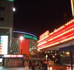 東京ドームのネオンを望む