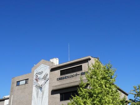 江東区砂町文化センターと真っ青な空