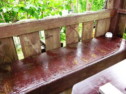 スコールで濡れる椅子