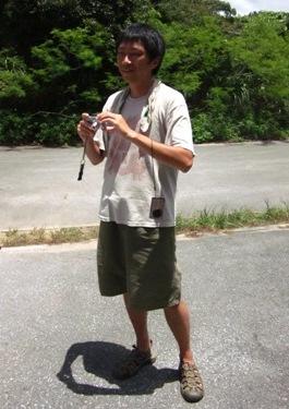 デジカメで撮影する青年