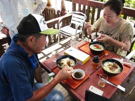 沖縄ソバとモズクを食べる