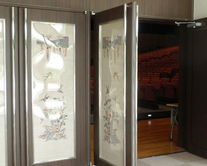 恩納村ふれあい体験学習センターホールへの入口