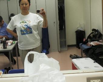 Tシャツを着た自分を自分で撮影する宇夫方路