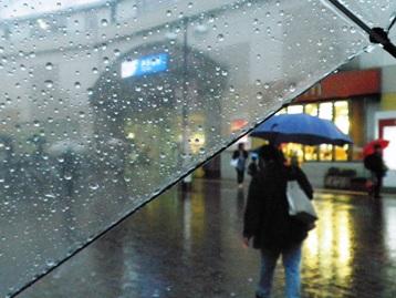 喜多見駅前も雨