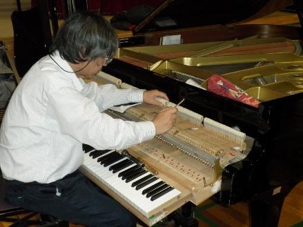 ピアノを調整する新井吉一さん