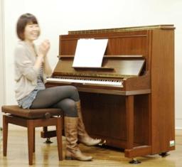 菅野恵子さんと狛江エコルマホールリハーサル室のピアノ