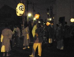 提灯を担ぐ白装束の人たち